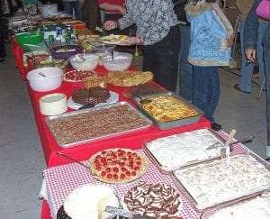 assortment of different dishes at a potluck courtesy Wikimedia user Nehrams2020